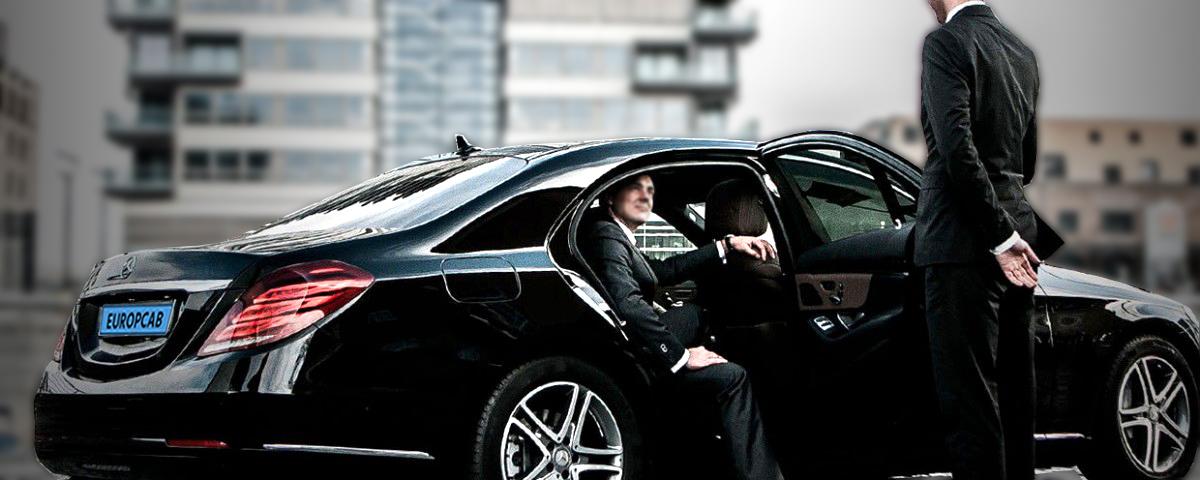 europcab-driver-opening-door-s-class